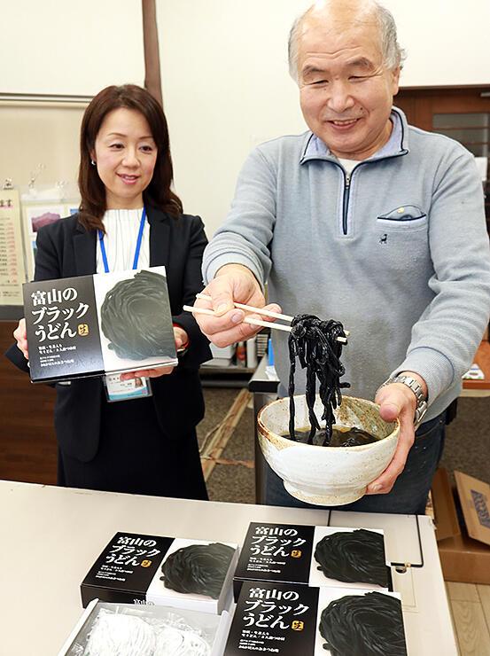 「富山のブラックうどん」を紹介する黒田店主(右)と寺田経営指導員