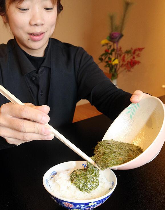 魚恵で提供する「海とろめし」。粘り気たっぷりのナガラモをご飯にかける