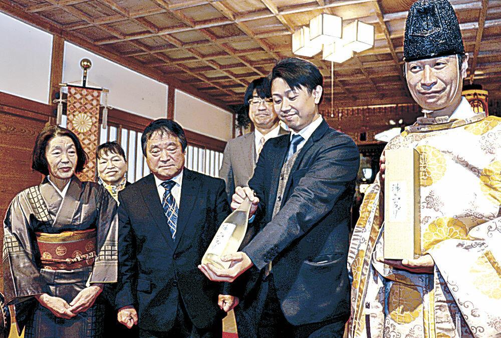 出来上がった新酒「神のおつげ」=中能登町二宮の天日陰比咩神社