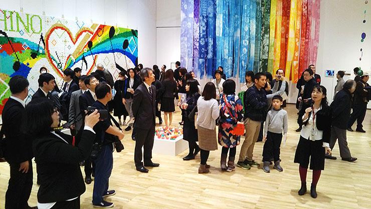 子どもたちが共同制作した作品が並ぶ会場=県美術館