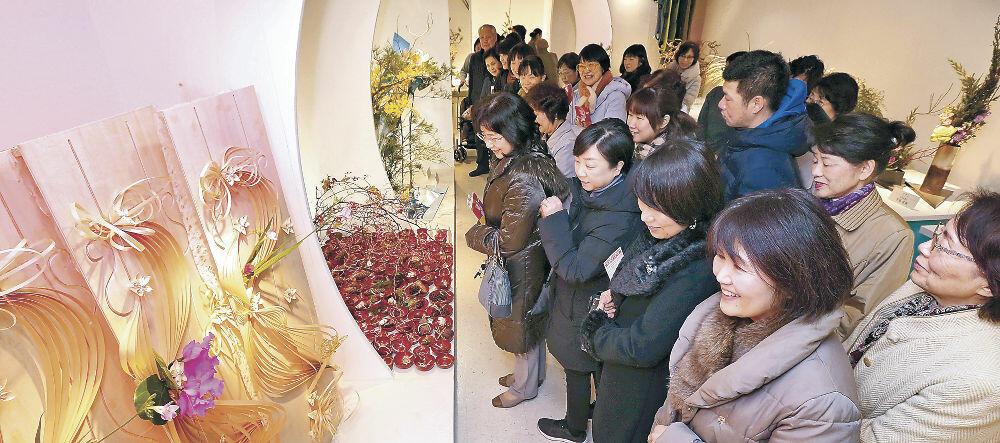 初日から大勢の来場者でにぎわった北國花展の会場=金沢市のめいてつ・エムザ8階催事場