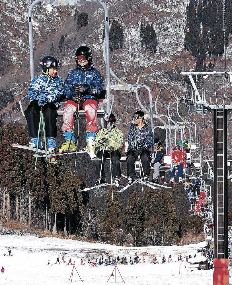 リフトに乗る来場者。斜面は地面がむき出しとなっている=白山市の白山一里野温泉スキー場