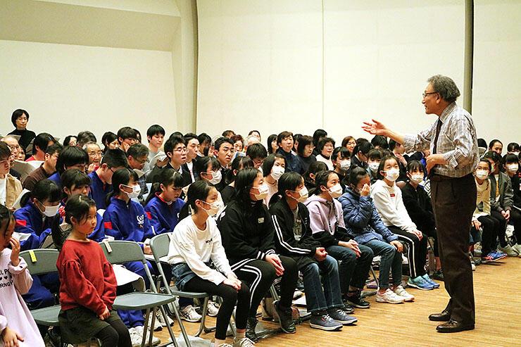 古橋さん(右)の指導を受けながら練習に励む出演者