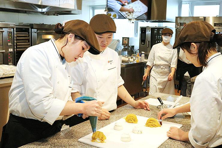 洋菓子作りの実習に臨む生徒たち