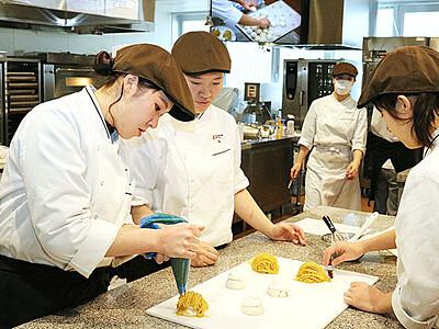 魚津産リンゴでタルト 富山調理製菓専門学校生