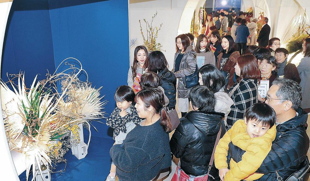 休日に生け花を鑑賞する来場者でにぎわった会場=金沢市のめいてつ・エムザ8階催事場