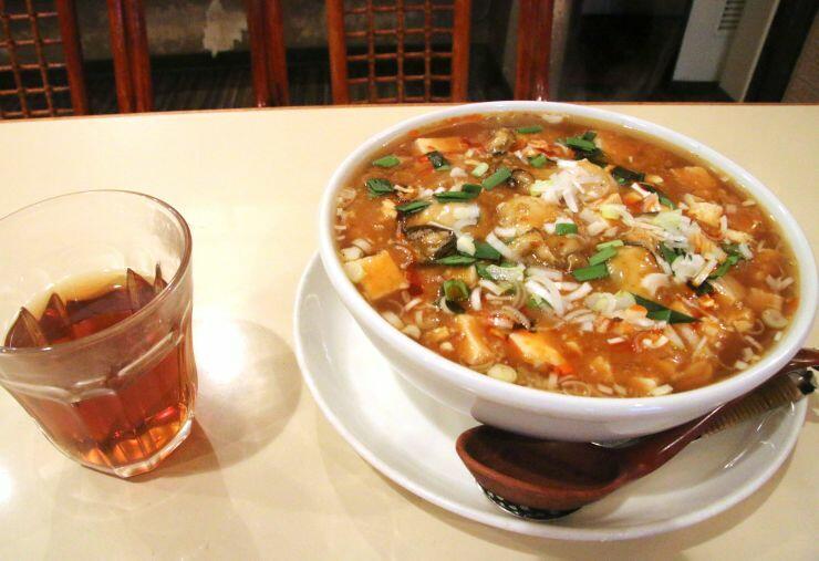 オイスターバーで提供されるカキがたっぷり入った麻婆麺=新発田市の「萬福」