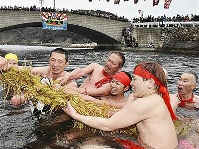 勇壮「水中綱引き」 福井・美浜で伝統行事 豊漁息災願う
