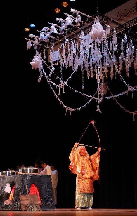 紙と縄で作った「湯の上」の下で優雅に舞う「天伯」=19日、宮崎市