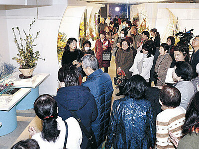 花の道追求、熱意伝え 北國花展、作品解説始まる