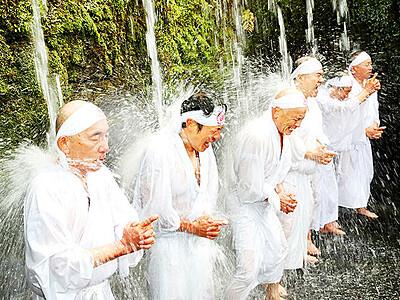 滝に打たれ心身清める 上市・日石寺で寒修行