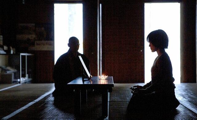 明通寺本堂で、ろうそくの火を見つめながら行う阿字観瞑想=福井県小浜市門前(まちづくり小浜提供)