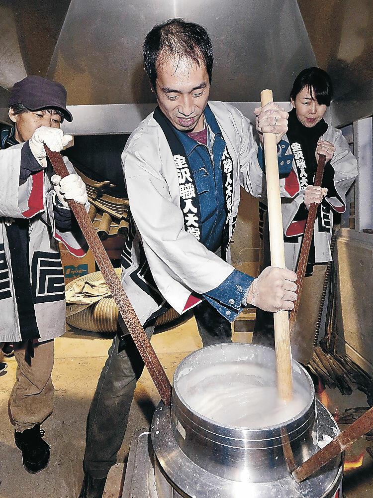寒糊炊きに取り組む生徒=金沢市の金沢職人大学校