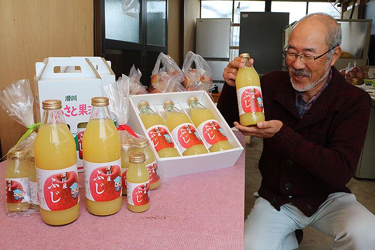 過去最高の甘さに仕上がったジュースを手に笑顔を浮かべる新山さん