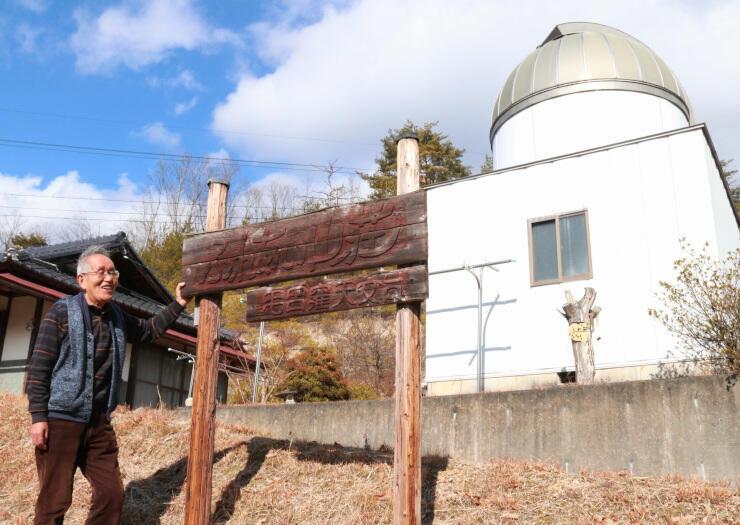 天文台の前で、「千栄小の子どもたちに活用してほしい」と話す尾崎さん