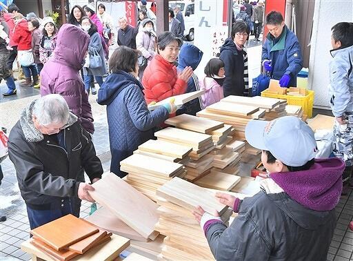 木工品や伝統食などを販売する勝山年の市。今年は26日に開かれ、50店がそろう=2019年1月27日、福井県勝山市本町通り