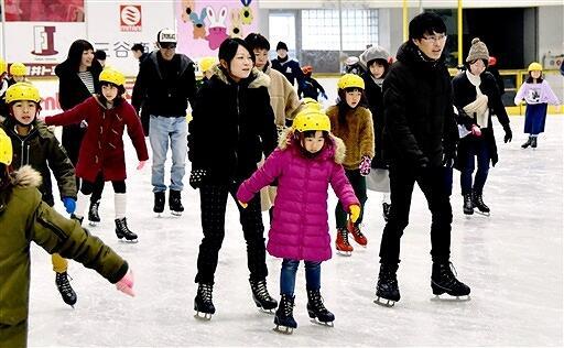 大勢のスケート客でにぎわうリンク=1月18日、福井県敦賀市呉羽町のニューサンピア敦賀