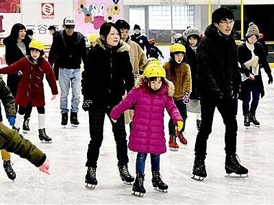 曇り続きでスケート場盛況 敦賀のニューサンピア