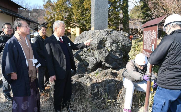象山神社で横田秀雄を紹介する看板の設置作業を見守る部会員たち