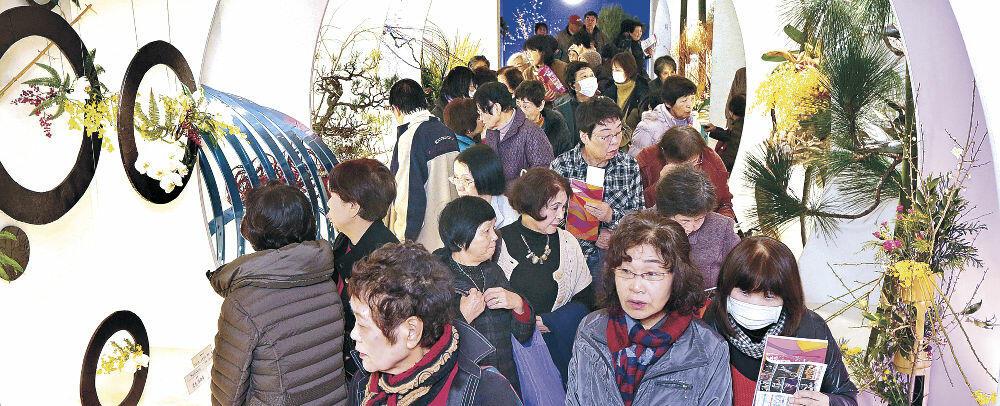 華やぎを一新した作品群に列をなす来場者=金沢市のめいてつ・エムザ8階催事場