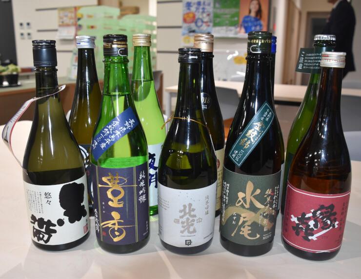 おとな酒場で飲み比べる木島平村産の酒米などを使った日本酒
