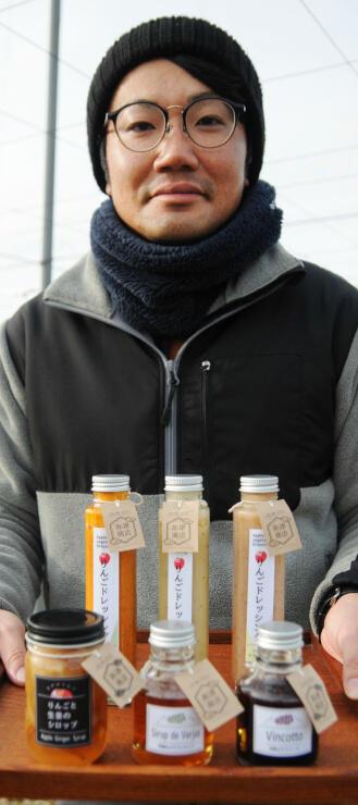「祢津商店」の名前でリンゴドレッシングや巨峰ソースを販売する矢口鉄矢さん