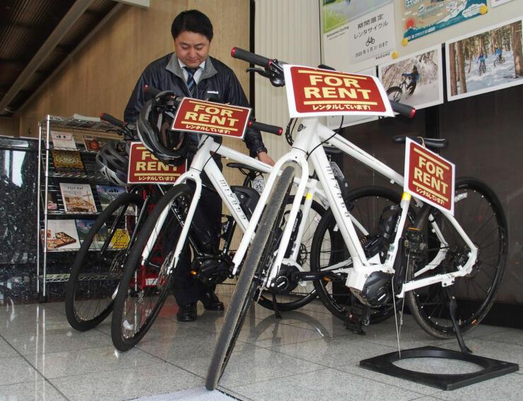 ホテルのフロント横で貸し出している電動アシスト自転車。サイクルツーリズム普及のきっかけにする=長野市南千歳