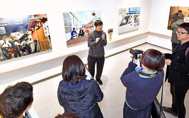 内覧会で作品について語る浅田政志さん(中央)=1月24日、福井県あわら市の金津創作の森美術館