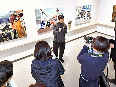 浅田政志展開幕、多彩な家族写真 3月8日まで福井県あわら市の金津創作の森