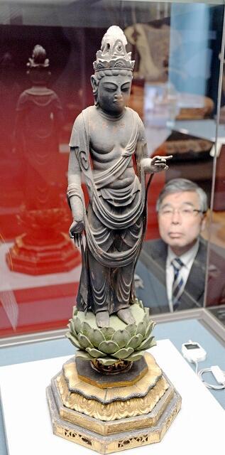 優雅なたたずまいが特徴の聖観音菩薩立像=1月23日、福井県小浜市の県立若狭歴史博物館