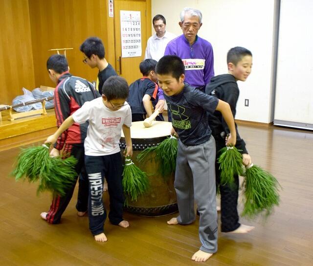 室町時代から受け継がれるとされる「だのせ踊り」の練習に励む児童ら=1月23日夜、福井県敦賀市野坂公民館