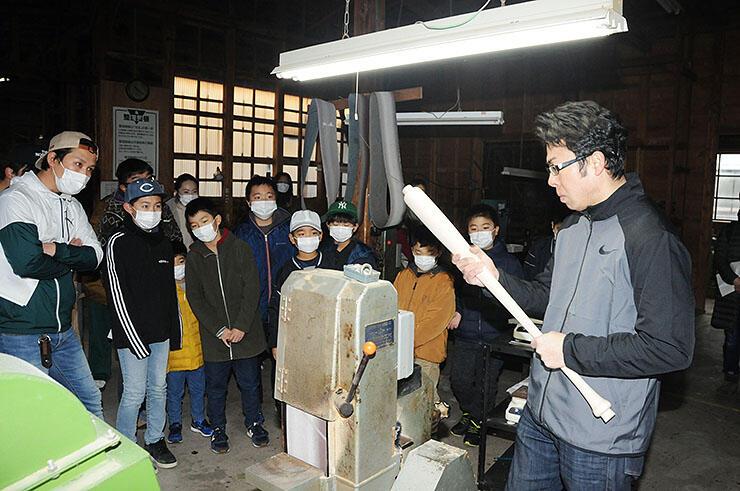 バットを磨く工程を見学する児童たち