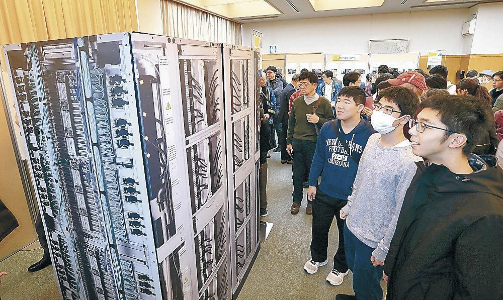 「富岳」の実物大モデルで大きさを実感する参加者=金沢歌劇座