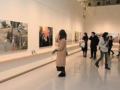 浅田政志さん「家族写真見返して」 福井で個展、トーク