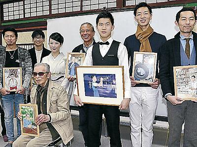 ステキ男子に「会えて感動」 表彰式で漫画家・東村さん