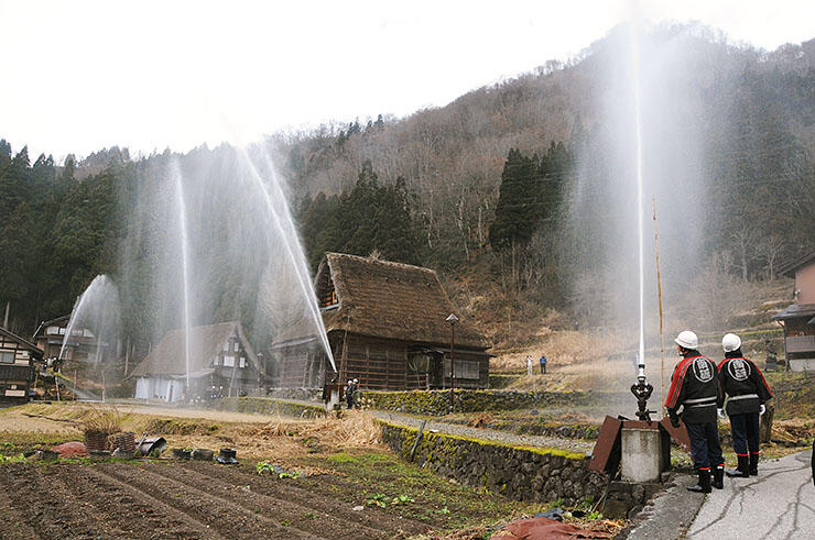 相倉合掌造り集落を火災から守る手順を確認した訓練=南砺市平地域