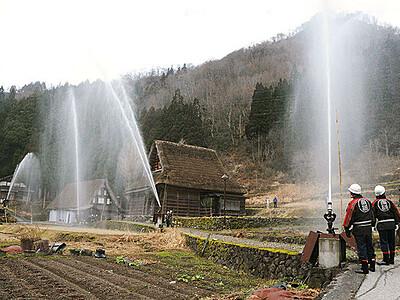 世界遺産にアーチ 南砺・相倉集落で放水