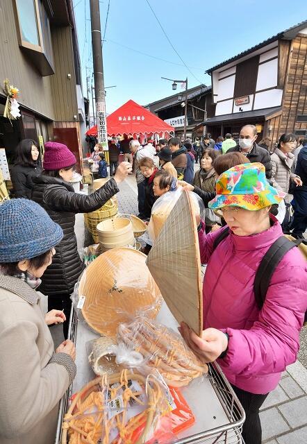 多くの人でにぎわった勝山年の市=1月26日、福井県勝山市本町2丁目