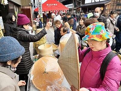 冬の風物詩勝山年の市 青空の下、木工品や伝統食求め品定め
