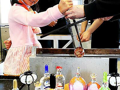 春吹き込む 富山ガラス工房、ひな人形制作体験