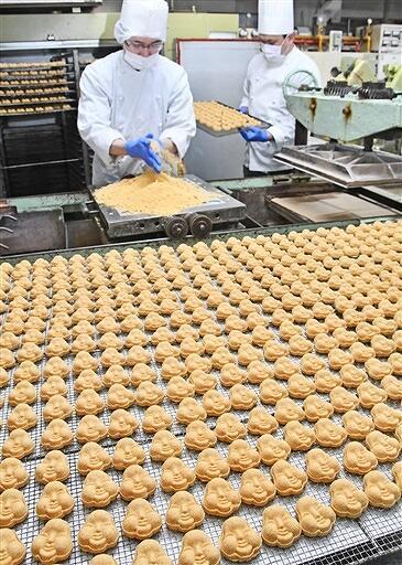 節分を前に、豆らくがんの生産に追われる職人=1月27日、福井県敦賀市昭和町2丁目の銘菓処笑福堂
