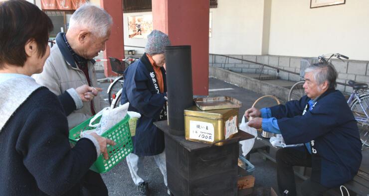 「遊泉ハウス児湯」前で焼き芋を買い求める人たち