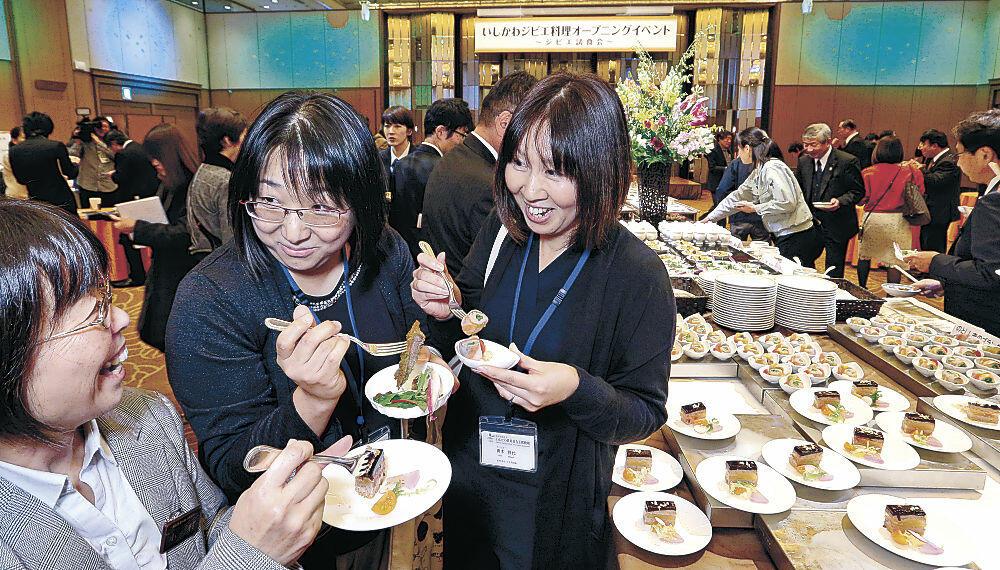 ジビエ料理を味わう来場者=金沢市内のホテル