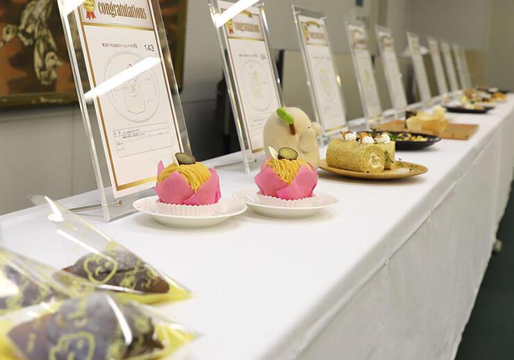 胎内市内の菓子店や飲食店が児童の創意工夫を商品化したスイーツ