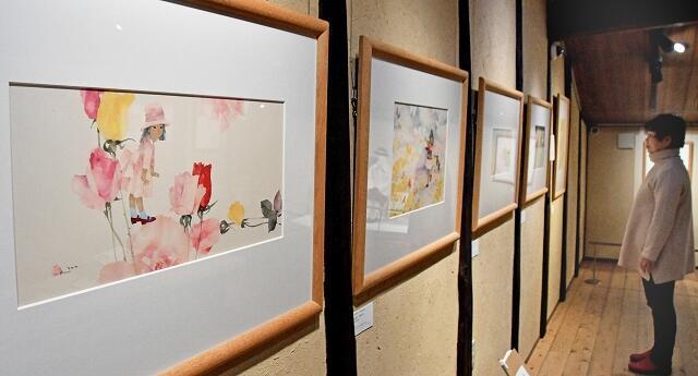 帽子やワンピースなど、ちひろが描いた「服装」テーマの展示会=福井県越前市天王町の「ちひろの生まれた家」記念館