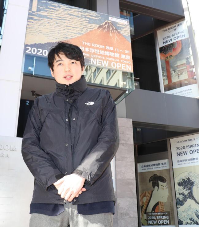 分館をオープンさせる東京・浅草のビルの前に立つ酒井館長