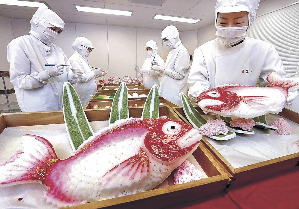 金花糖づくりが最盛期を迎える和菓子店工場=金沢市内