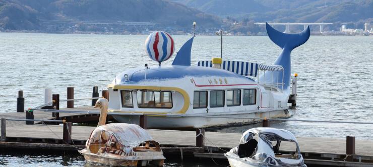 今春に廃船になる諏訪湖の遊覧船「いるか号」