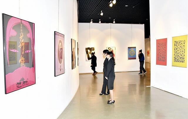 松山さんが手掛けたポスターやアート作品が並ぶ回顧展=1月30日、福井県福井市美術館