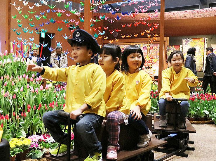ミニSLに乗ってチューリップを楽しむ園児たち=チューリップ四季彩館